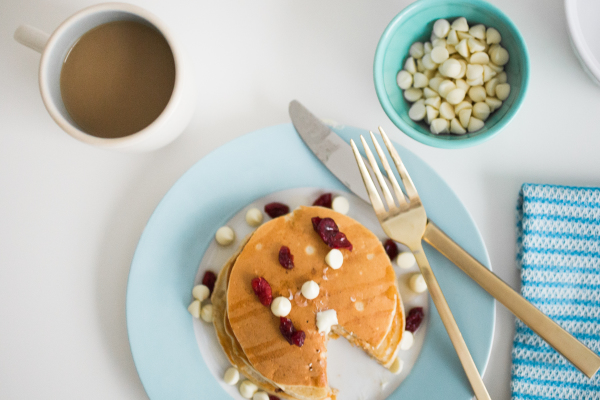 These cranberry and white chocolate pancakes are a healthy way to make the most of the festive season, without sacrificing flavor! Perfect for a special breakfast!